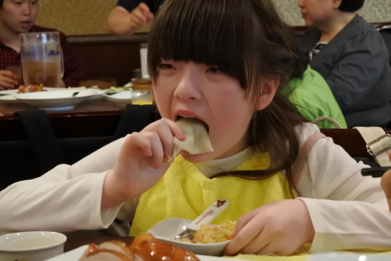 中華料理を楽しむ様子