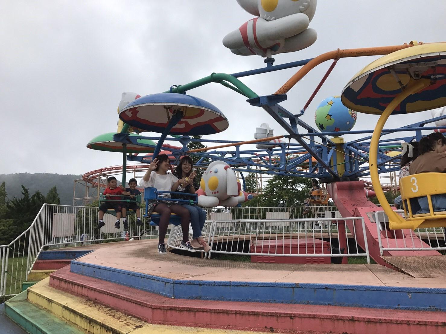 空中ブランコに乗って楽しむ子どもたち