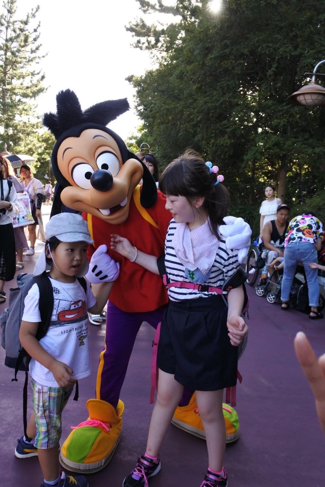 ディズニーのキャラクターと子どもたち