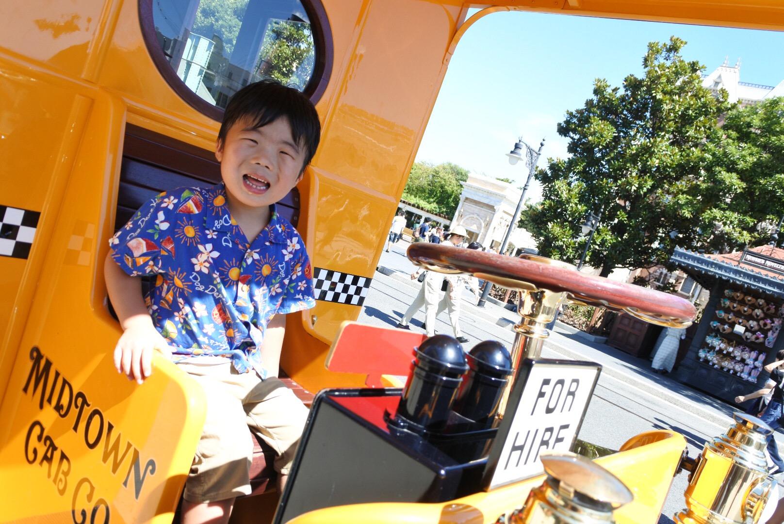 ディズニーの乗り物で笑顔に子ども