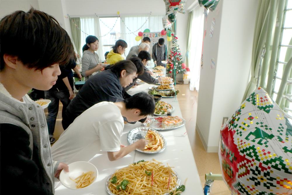 食堂でご飯を取り分ける様子