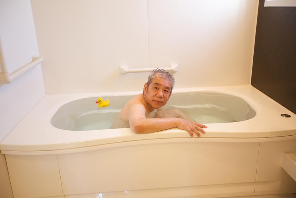 利用者さんが個人用お風呂に入る様子。