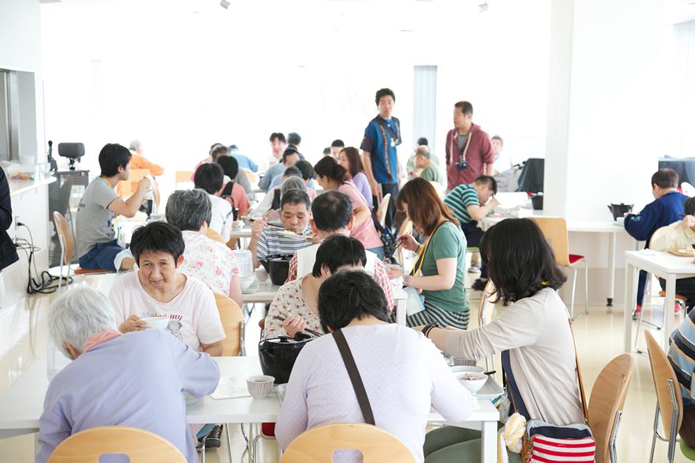 お昼ご飯の食堂風景。