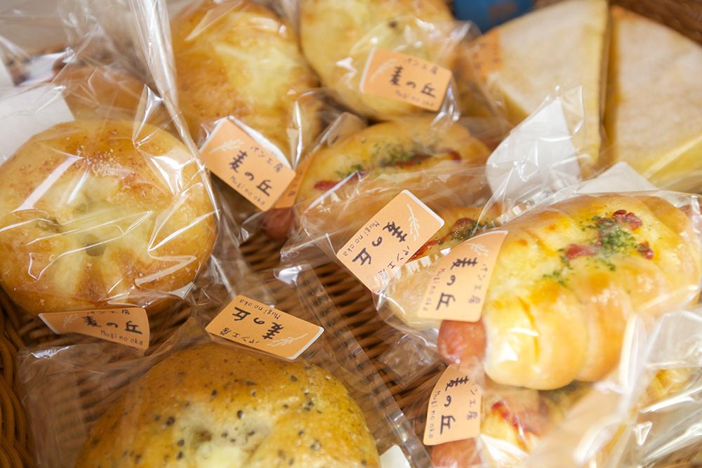 お店に並ぶパンたち。