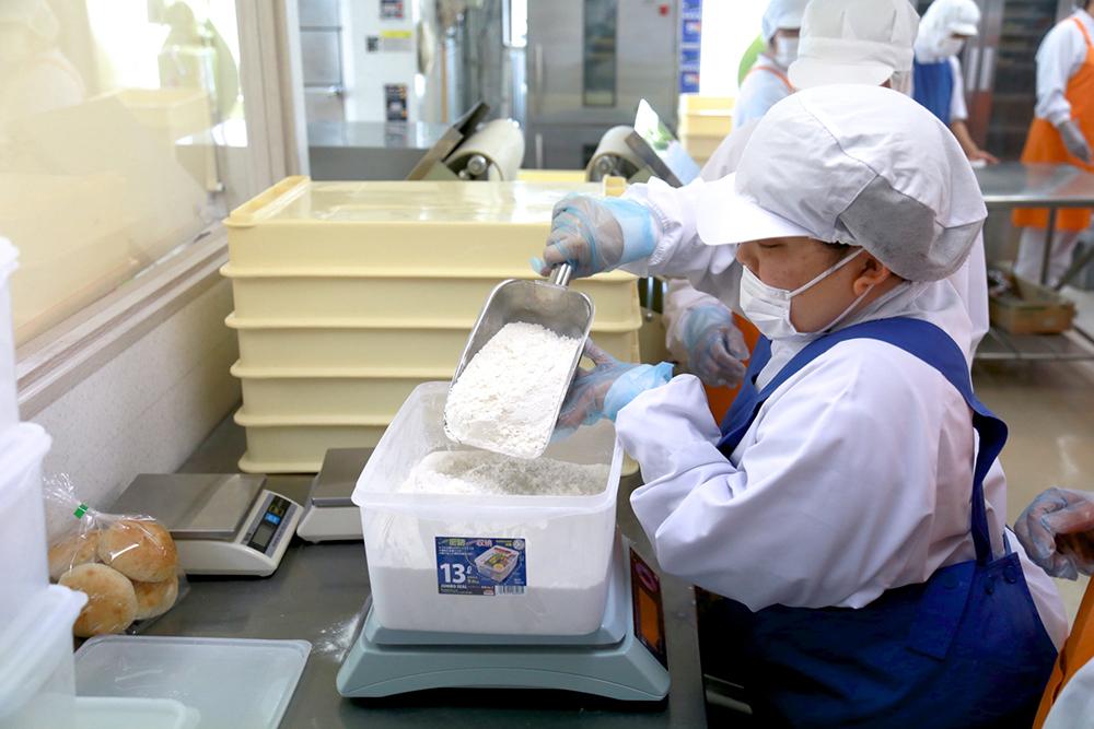 パン製作のための、粉の計量をしている様子。