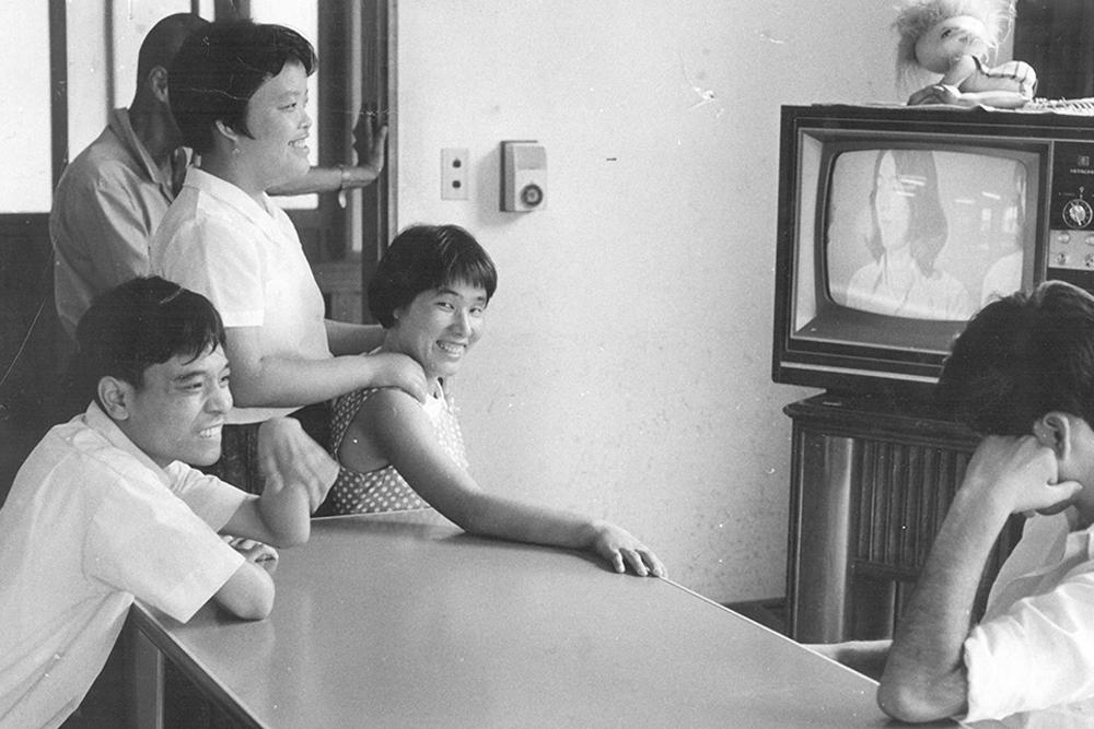 設立時の利用者が皆でテレビを見る様子