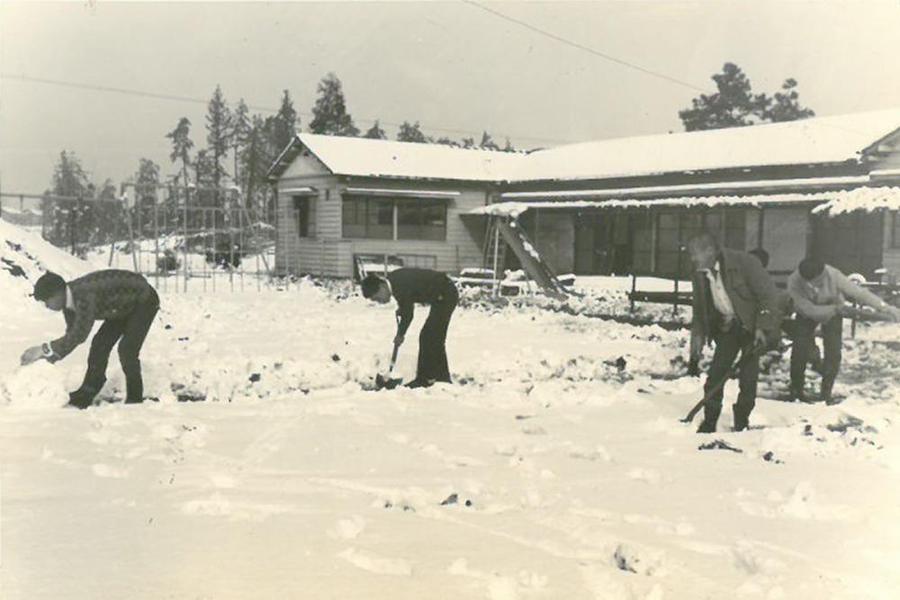 設立時、雪の日の畑仕事をする様子。