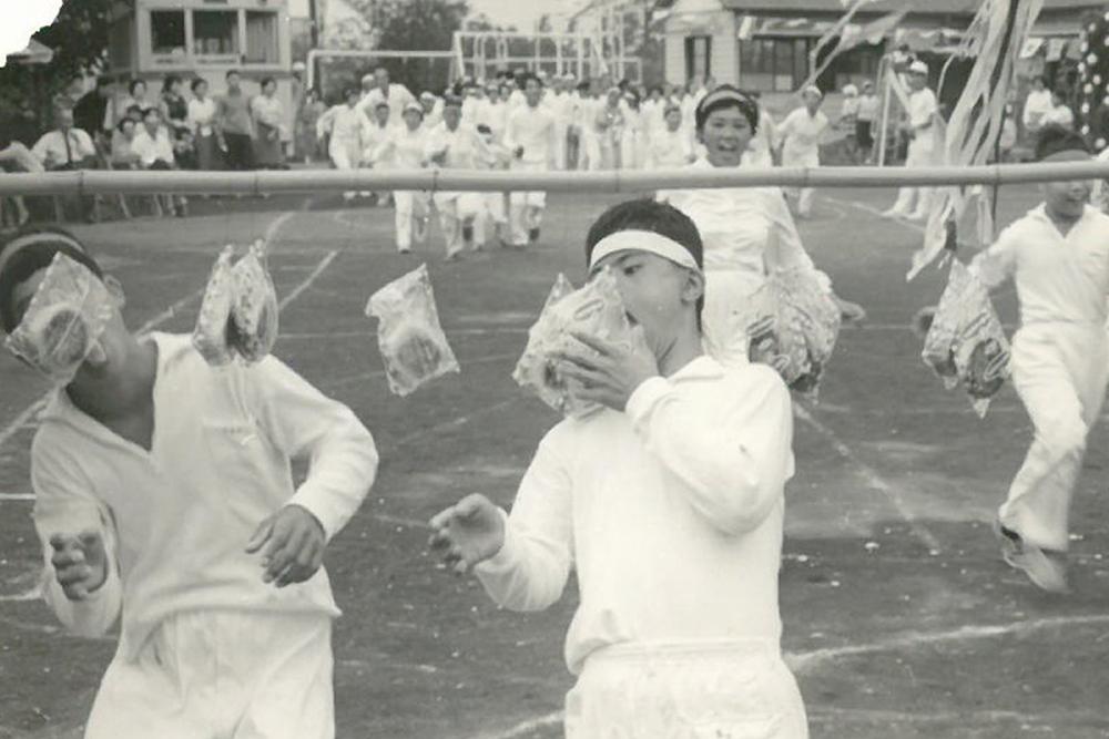 設立時の運動会のパン食い競争の様子。