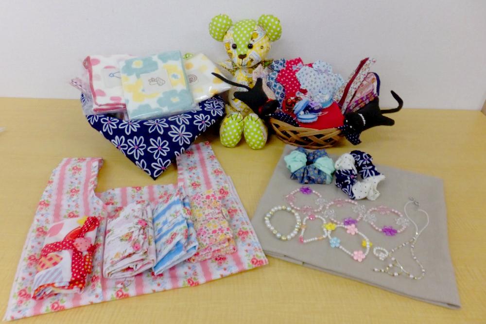 刺繍が施されたタオルや、ぬいぐるみ