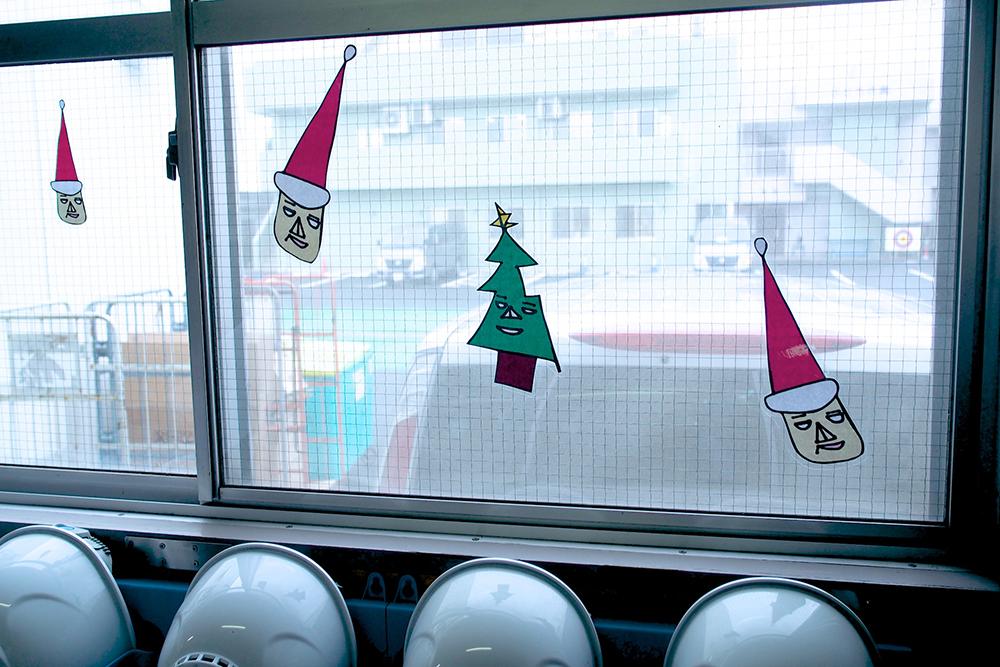 窓に貼られたクリスマスの飾り、サンタクロースとツリー。
